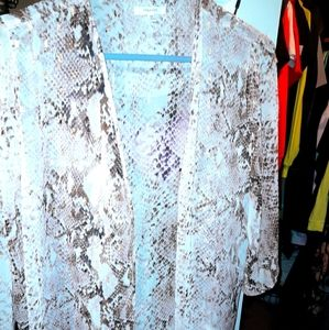 ‼‼JUST IN‼‼ maurices NWT gold/white snakeskin kimo